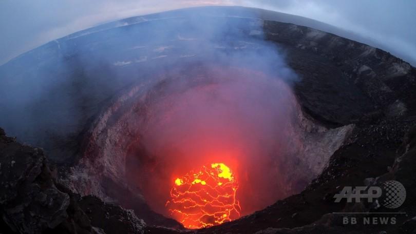 米ハワイのキラウエア火山、山頂の溶岩湖をとらえた写真