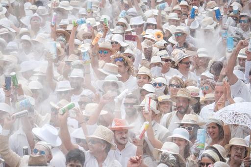 白い粉まみれでダンス、スペイン・ラパルマ島の路上カーニバル