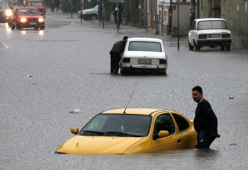 大雨で道路が冠水、ドライバーも立ち往生 セルビア