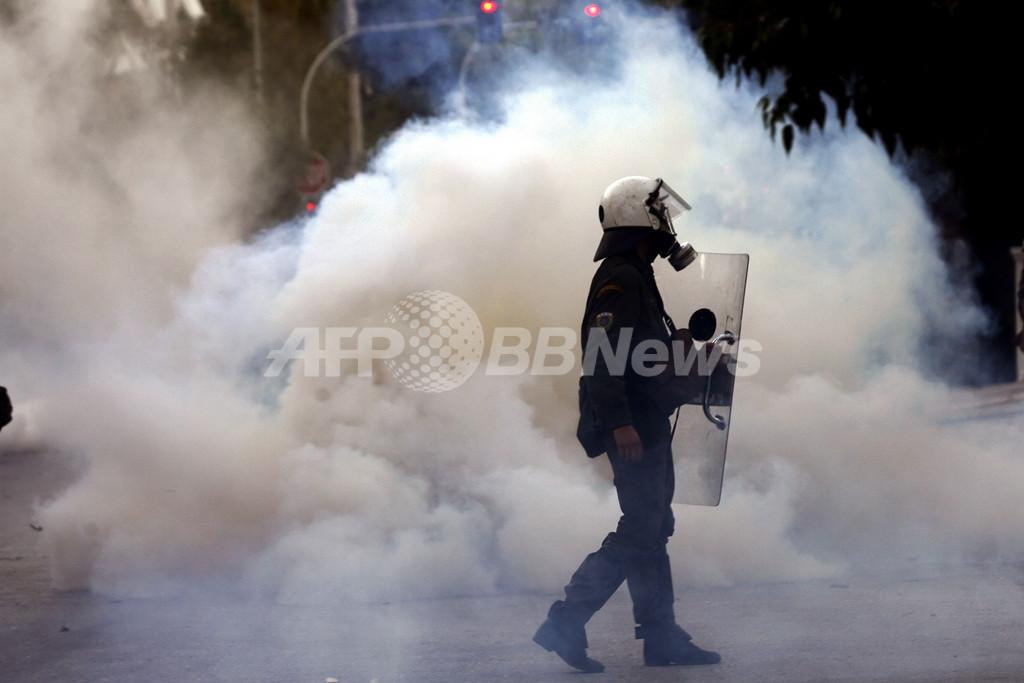 ギリシャ暴動、パトラスでデモ隊が警察署を包囲