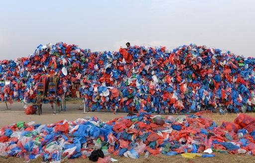 プラスチック袋10万枚で「死海」の地図、環境問題訴えギネス記録に挑戦 ネパール
