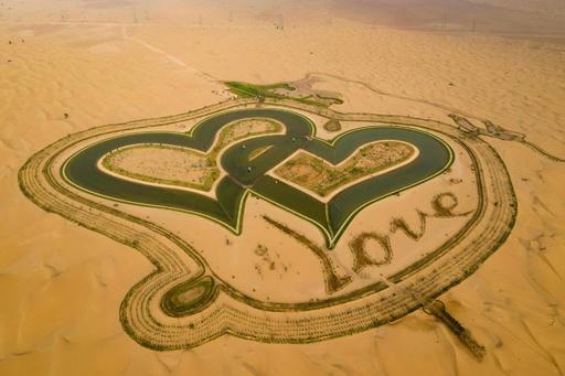 砂漠の中の人工オアシス「愛の湖」 ドバイ