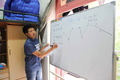 同級生たちのために補習を中継、中国の男子寮