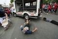 警察車両がデモ隊に突っ込む フィリピン