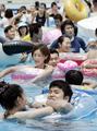 夏本番、「としまえん」プールに1万2000人