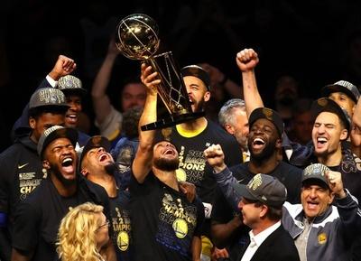 ウォリアーズがスイープで連覇、デュラントが2年連続MVP
