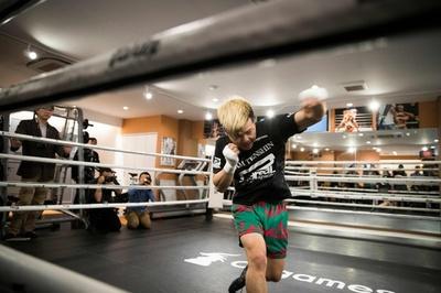 那須川「一発蹴ってやりたい」、メイウェザー戦に向け公開練習