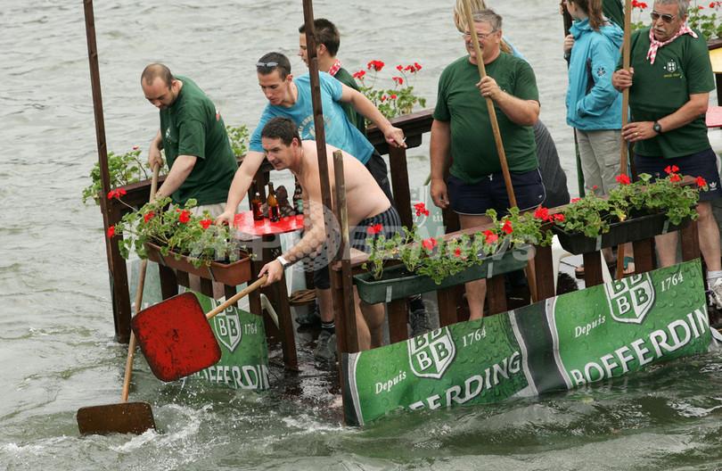 オリジナル・デザインの船艇で川下り、ベルギーで「国際バスタブ・レガッタ」開催