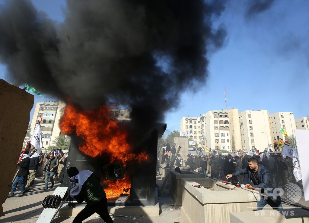 親イラン派デモ隊、米大使館を襲撃 イラク空爆に抗議