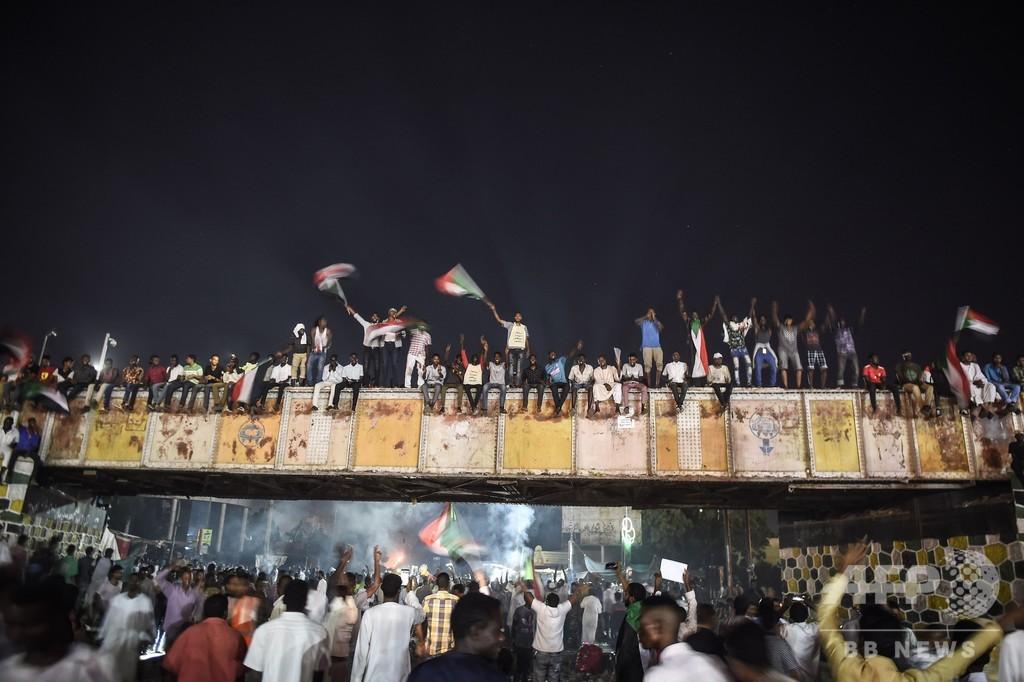 スーダン軍事評議会、民政移行の協議を中断