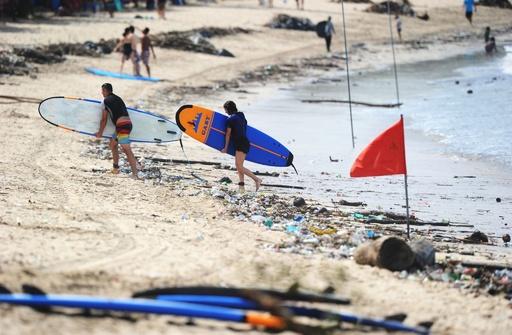 くつろぐにくつろげない…人気ビーチがごみだらけ インドネシア・バリ島