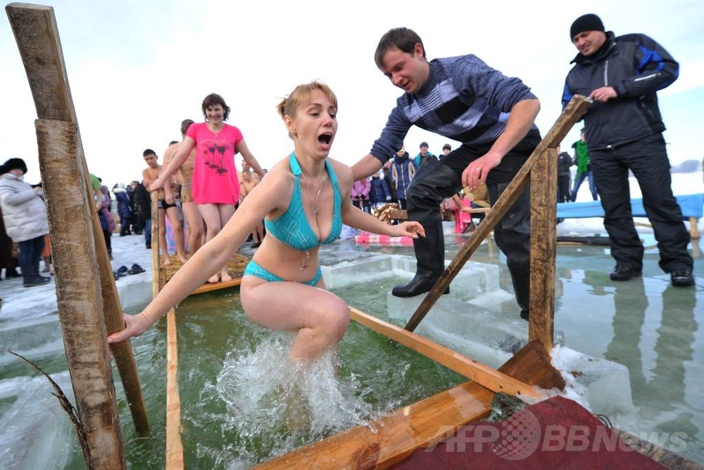 冷たい!凍った湖にざぶん、ロシア正教伝統行事