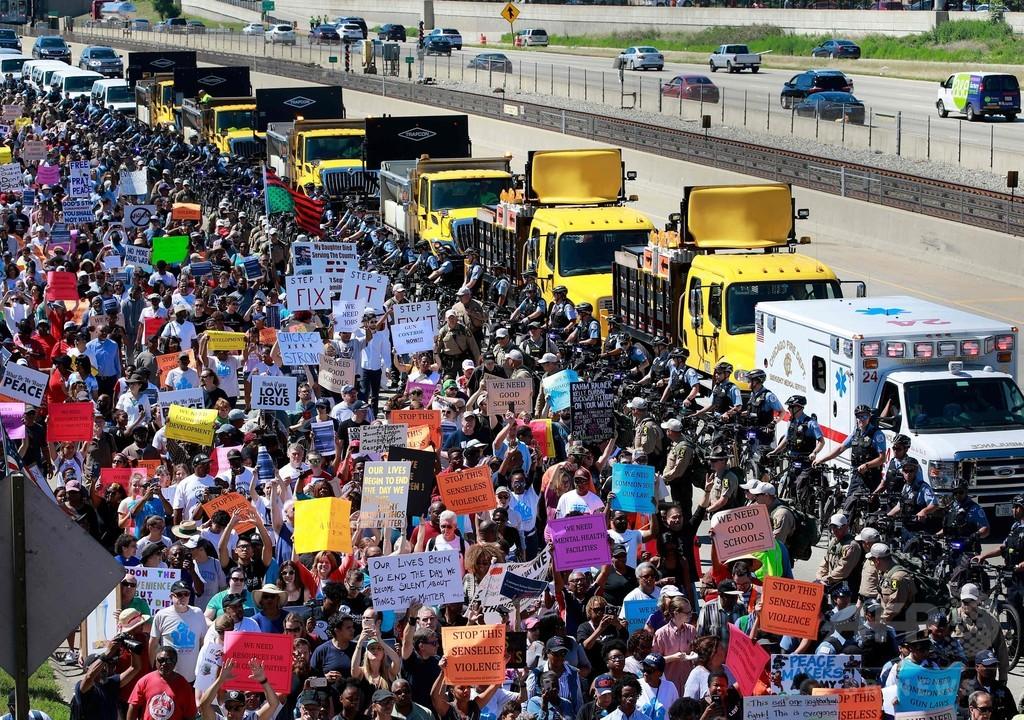高速道路で反銃暴力訴えデモ行進、殺人件数が米最多のシカゴで