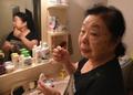 動画:81歳のDJおばあちゃん、昼は厨房、夜はフロアを盛り上げて