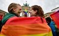 ドイツで同性婚合法化へ、連邦議会が法案可決 首相は反対票投じる