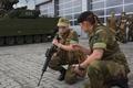 ノルウェー北部セテルモエンの機甲大隊で基礎訓練に臨む女性新兵(2016年8月11日撮影)。(c)AFP/KYRRE LIEN
