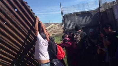動画:米、加州の対メキシコ国境を封鎖 移民数百人が柵越え試み