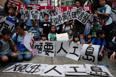 香港の埋め立て計画は「無用の長物」、市民数千人が抗議デモ