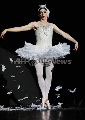 筋骨隆々な男性ダンサーの「瀕死の白鳥」