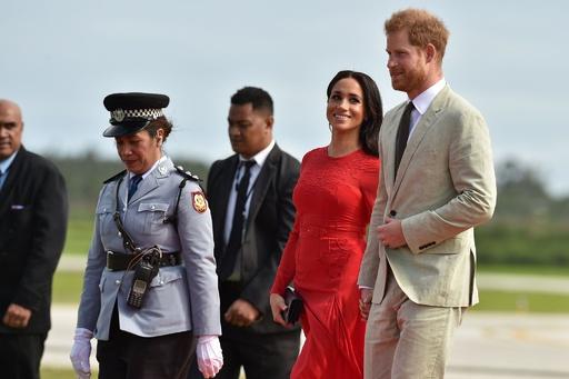 オセアニア歴訪の英ヘンリー王子とメーガン妃、フィジーからトンガへ