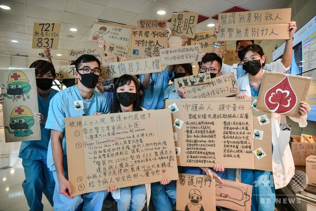 香港で中高生が「人間の鎖」、大学生は授業ボイコットし抗議集会