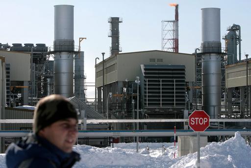 麻生首相が露サハリン訪問、露大統領とLNG工場の稼動式典に出席