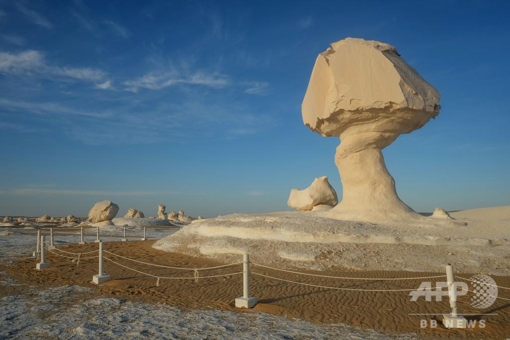 巨大なきのこ? 風で浸食された白砂漠の奇岩 エジプト