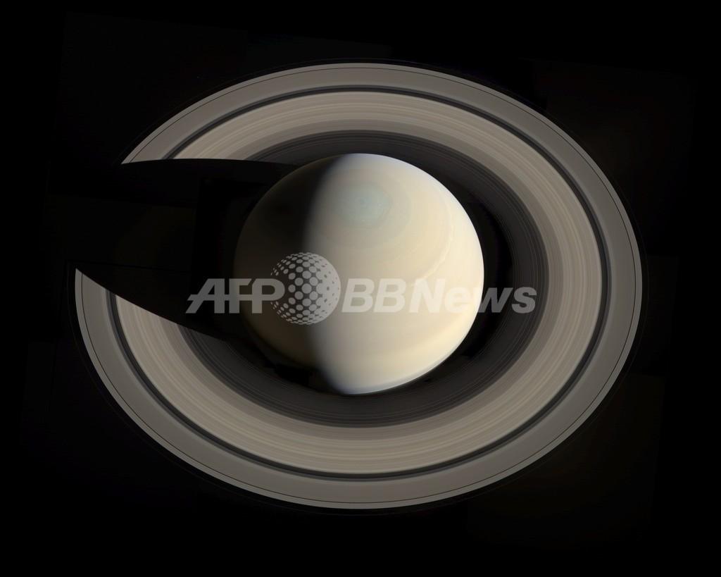 闇に浮かび上がる美しい土星、NASAが画像公開