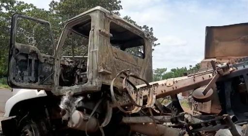 動画:石油タンクローリーが横転後に爆発 45人死亡 ナイジェリア中部 現場の映像
