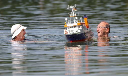 【今日の1枚】船と一緒に泳ぐ