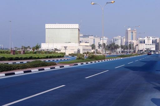 見た目も涼しい! 暑さ対策に「青い道路」登場 カタール