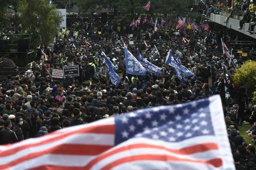警官2人が民主派デモ隊に傘や棒で殴打され負傷、香港