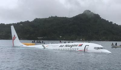 旅客機が滑走路越え海に着水、小舟で地元民がレスキュー ミクロネシア