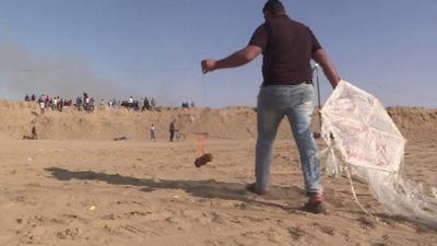 動画:燃えるたこで農地狙う パレスチナ抗議デモ