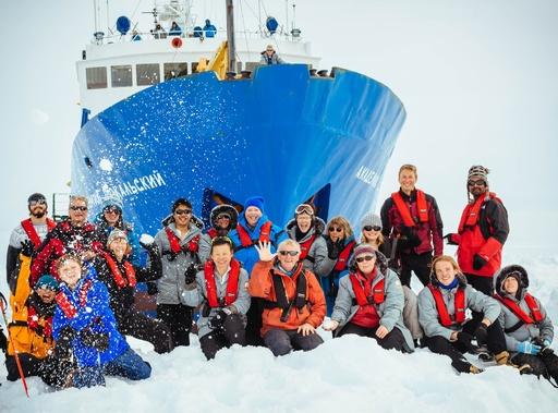 南極海で立ち往生のロシア船、中国のヘリが接近ルートを偵察