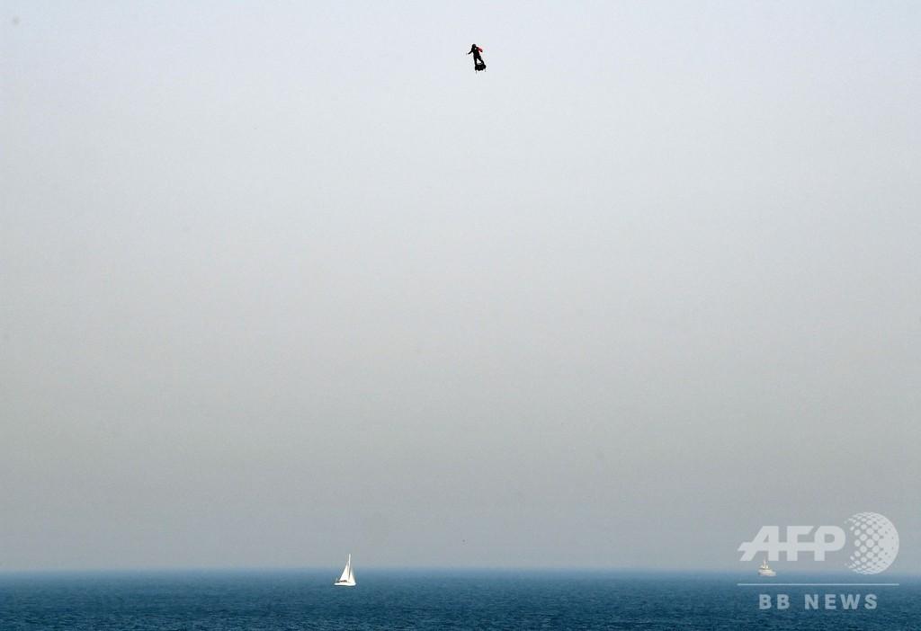仏発明家、「フライボード」で英海峡横断目指すも失敗