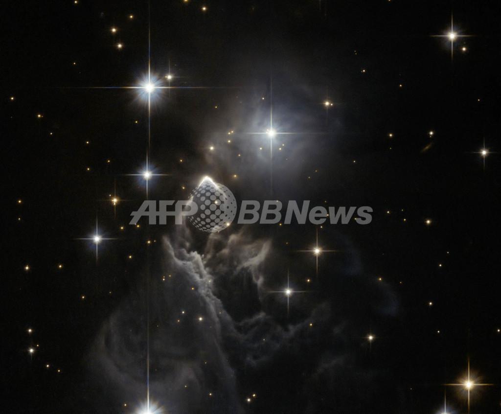 逆V字に光る謎めいた星雲「IRAS 05437+2502」
