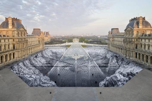 岩場からにょっきり! ルーブル美術館のピラミッド、完成30周年で記念アート