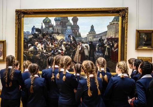 きっちり編み込みはアートの域? 美術館を訪れたロシアの女子生徒たち