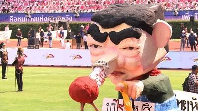 動画:タイの学生が風刺パレード、王女「擁立」問題のなか
