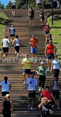 走るならランニングシューズより「はだし」で、足に優しいと米研究