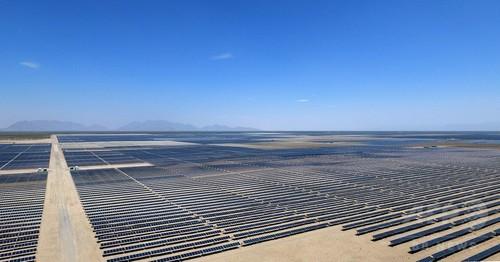 メキシコの砂漠にソーラーパネルの海、ラテンアメリカ最大級