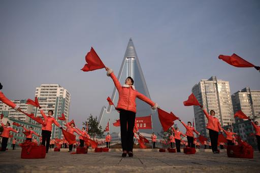 労働者に毎朝エール、歌と太鼓と旗振りで 朝鮮社会主義女性同盟