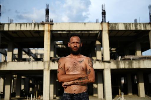 住宅供給受けるまでは…貧困地区の放置建物で暮らす人々、ベネズエラ