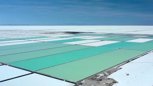 ウユニ塩湖に眠るリチウム、ボリビア経済救世主となるか