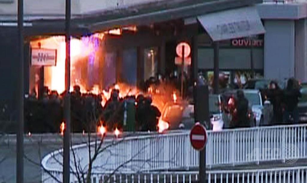 フランス同時人質事件、強行突入で容疑者計3人死亡