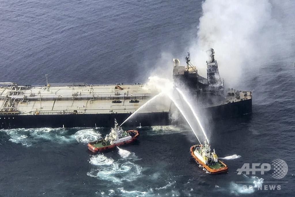 スリランカ沖で火災のタンカー、タグボートで深水域にえい航