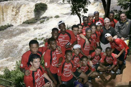 <サッカー 07南米ユース選手権>エクアドル代表が滝をバックに記念撮影 - パラグアイ