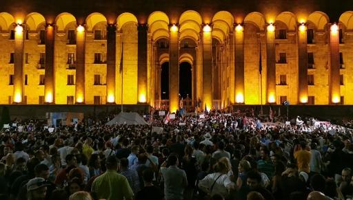 デモ隊1万人が議会突入試みる ジョージア、ロ議員演説に怒り