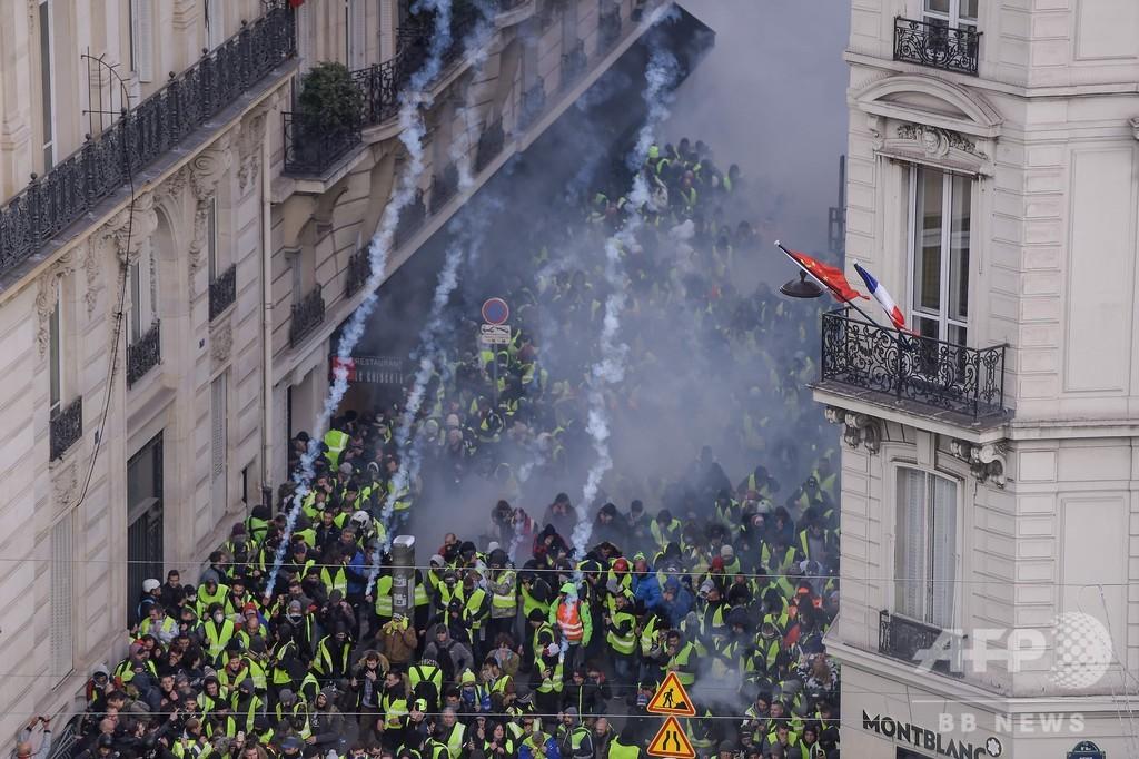 仏パリで新たな抗議デモ、警察は催涙ガス発射し数百人逮捕